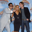 She gets silly on the red carpet with Johnny Knoxville and Seann William Scott.