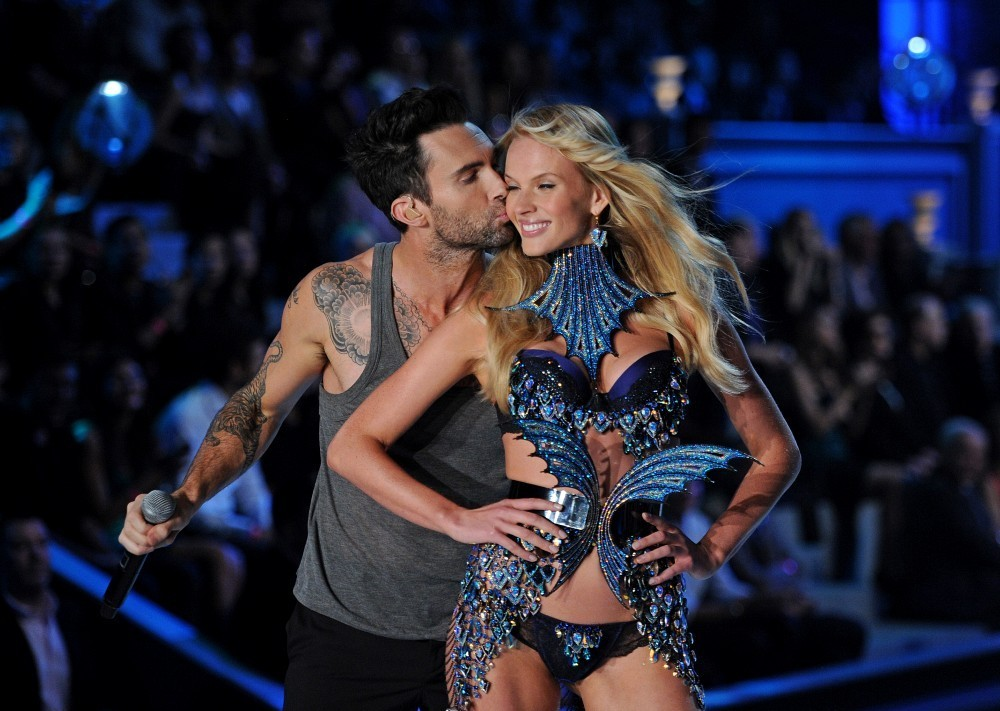 Adam Levine dating another Victoria s Secret model