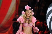 Doutzen Kroes walks the runway at the 2012 Victoria's Secret Fashion Show..Lexington Avenue Armory, New York, NY..November 7, 2012..Job: 121107A5..(Photo by Axelle Woussen/Bauer-Griffin).