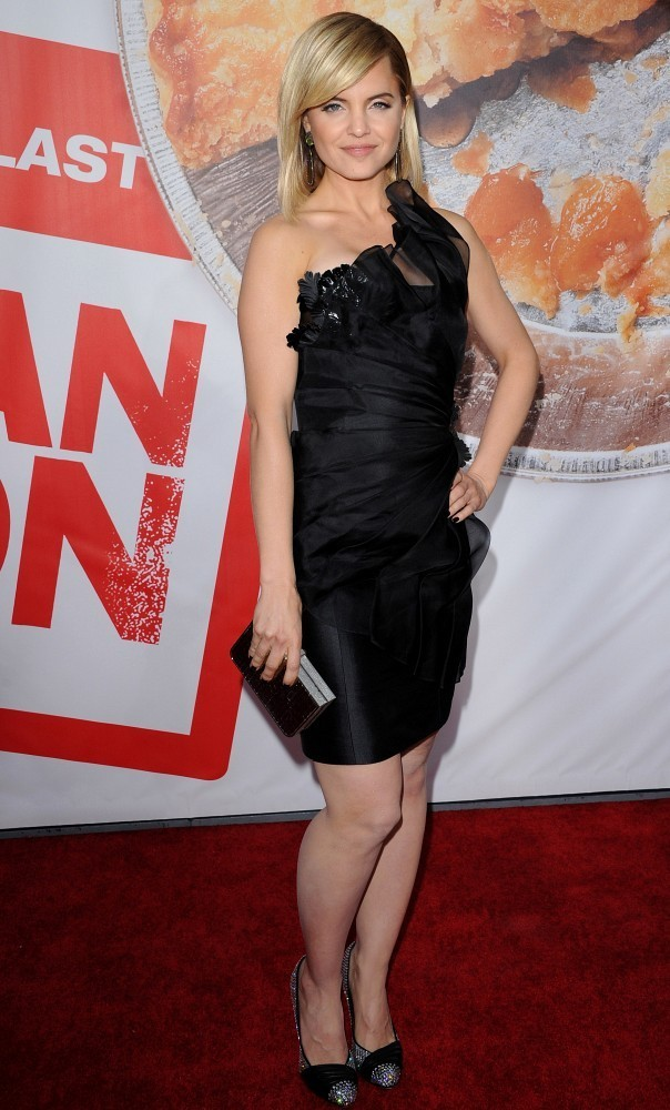 mena suvari in american reunion premiere zimbio. Black Bedroom Furniture Sets. Home Design Ideas