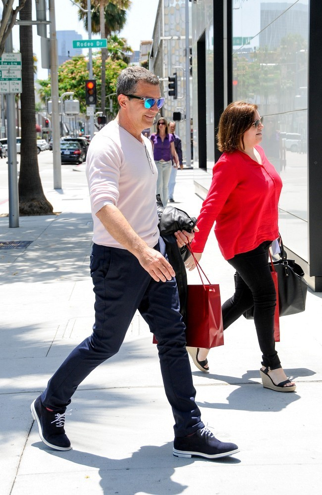 Antonio banderas in antonio banderas shops cartier in for Cartier in beverly hills
