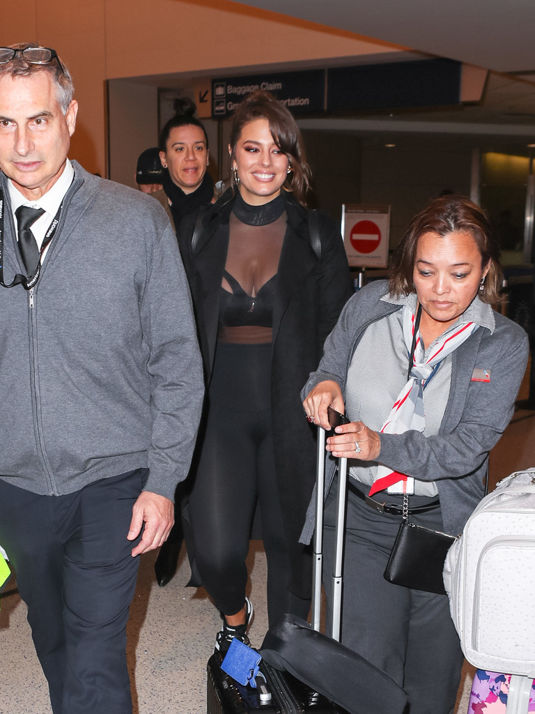 d603476ea47b2 Ashley Graham Is Seen at LAX (29.11.2017)