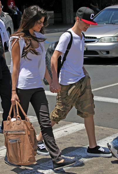 justin bieber and selena gomez hawaii 2011 images. Selena Gomez and Justin Bieber