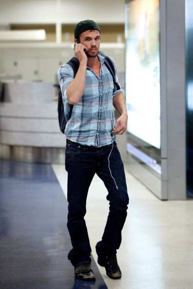 Cam Gigandet arrives at LAX (Los Angeles International Airport) and lights up a cigarette.