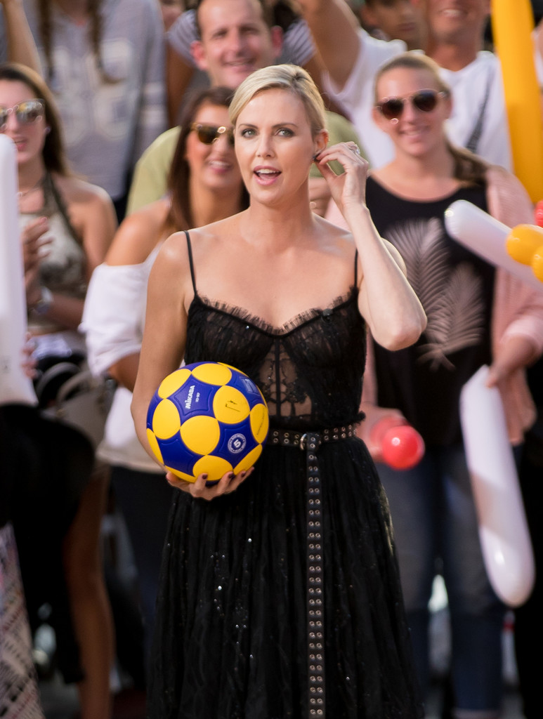 Charlize+Theron+Charlize+Theron+Plays+Basketball+AFqzLpUBC7mx.jpg