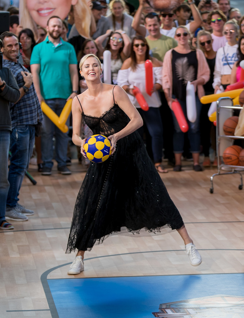 Charlize+Theron+Charlize+Theron+Plays+Basketball+JR6TPf-gi27x.jpg
