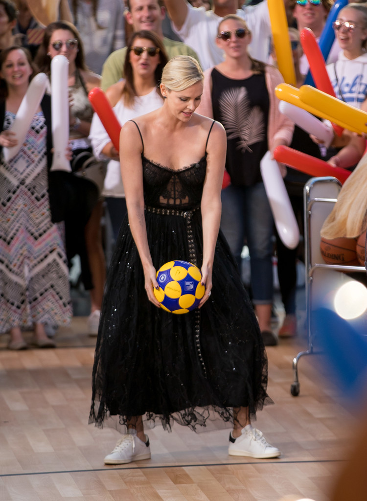 Charlize+Theron+Charlize+Theron+Plays+Basketball+g_XLFJXeUC5x.jpg