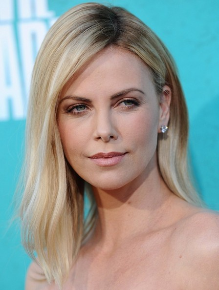 http://www4.pictures.zimbio.com/bg/Charlize+Theron+MTV+Movie+Awards+2012+Arrivals+PF2D12cFMr5l.jpg