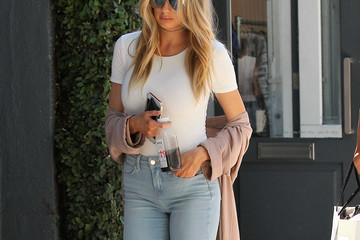 Charlotte McKinney Charlotte McKinney and a Friend Go Out for Lunch