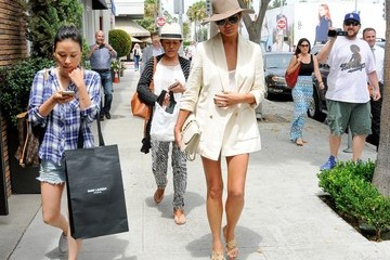 Chrissy Teigen Chrissy Teigen Goes for a Stroll in Beverly Hills