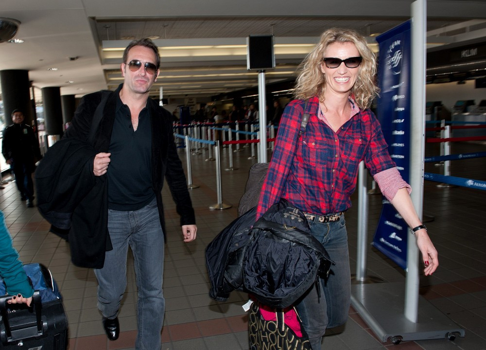 Jean dujardin and wife at the airport zimbio for Alexandra dujardin