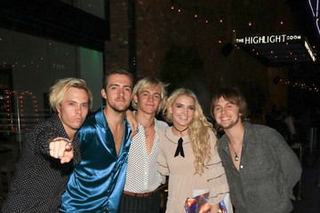 Ellington Ratliff Ross Lynch, Riker Lynch, Rocky Lynch, Rydel Lynch, and Ellington Ratliff Are Seen Outside TAO