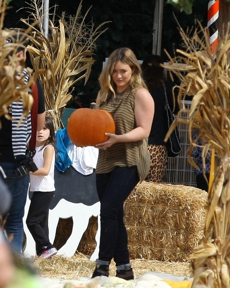 Hilary Duff FOR USA SALES: Contact Randy Bauer (310) 910-1113 bauergriffinsales@gmail.com.FOR UK SALES: Contact Caroline 44 207 431 1598 MUST BYLINE: EROTEME.CO.UK.Hilary Duff mother son and husband go to Mr.Bones pumpkin patch in Beverly Hills,Ca.