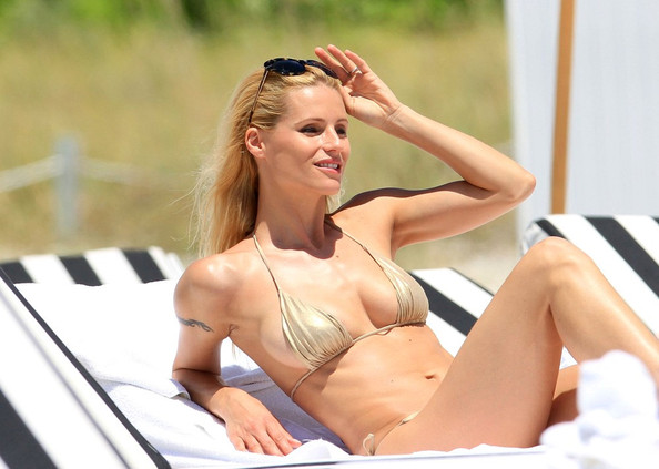 michelle hunziker in michelle hunziker at the beach 3   zimbio