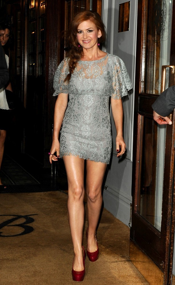 Gal gadot isla fisher keeping up with the joneses - 5 3