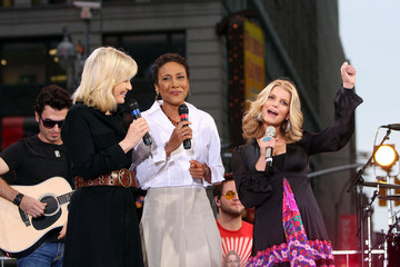 Robin Roberts Diane Sawyer Jessica Simpson Performs on 'Good Morning America'