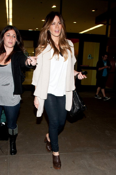 Kate Beckinsale casually arrives at LAX (Los Angeles Interational Airport).