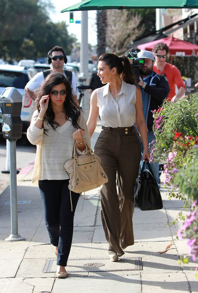 Kim Kardashian - Kim and Kourtney Kardashian Grab Lunch