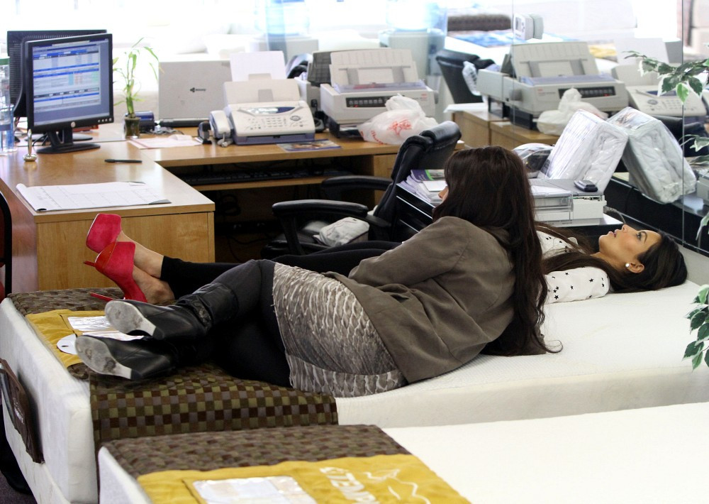 Kim kardashian in kim kardashian goes mattress shopping for Online shopping for mattress