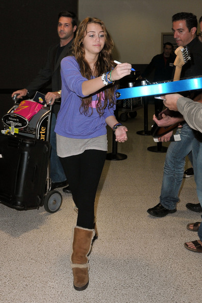Miley Cyrus - Miley Cyrus Signs Guitars