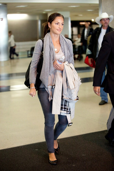 Minka Kelly Minka Kelly arrives at LAX (Los Angeles International Airport) dressed casually with a cute smile.