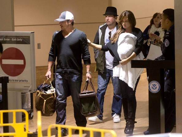 Nick Lachey - Nick Lachey and Vanessa Minnillo at the Airport
