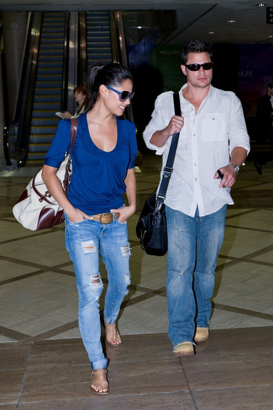 Nick Lachey Nick Lachey and Vanessa Minnillo make their way through LAX. At the oversized baggage claim, NIck grabs what looks to be a large instrument case.