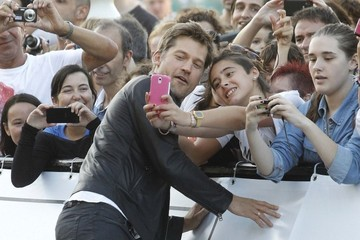 Jaime Lannister Takes Selfies with Fans