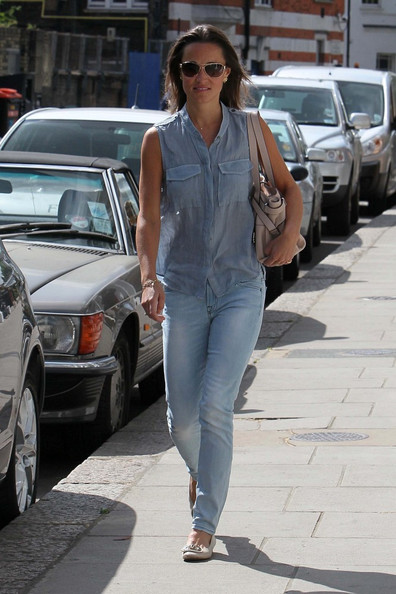 pippa middleton images. Pippa Middleton shows off her best assets in skintight jeans while running