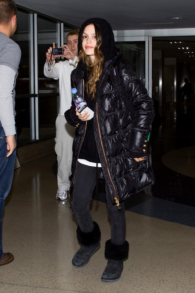 http://www4.pictures.zimbio.com/bg/Rachel+bundled+up+Jk83t430vsNl.jpg