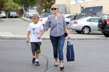 Reese Witherspoon Reese Witherspoon Takes Deacon to the Gap