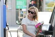 Reese Witherspoon Pumps Gas