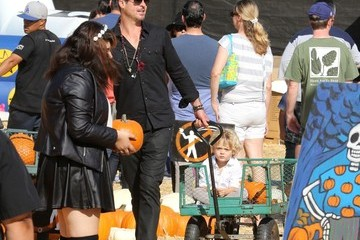 Robin Thicke Robin Thicke Goes to the Pumpkin Patch