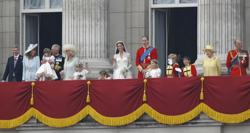 Kate middleton photos photos royal wedding crowd view for Queens wedding balcony