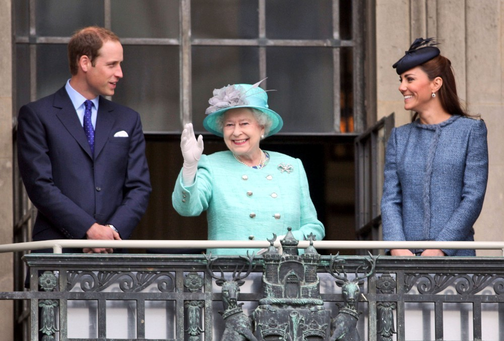 Kate middleton and queen elizabeth ii photos photos the for Queen elizabeth balcony
