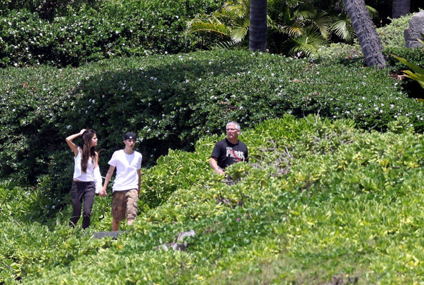 selena gomez and justin bieber on the beach in hawaii. Selena Gomez and Justin Bieber