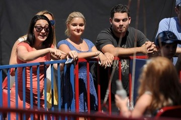 Shanelle Gray Ariel Winter and Sister at the Farmers Market