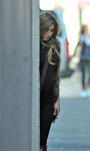 Despite being 7 months pregnant, singer Stacey Solomon smokes a cigarette ...