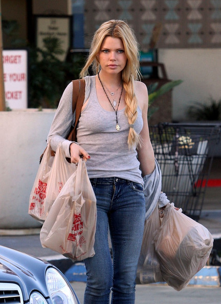 Sophie Monk Sophie Monk stops in at her local Ralphs supermarket and picks up some groceries.