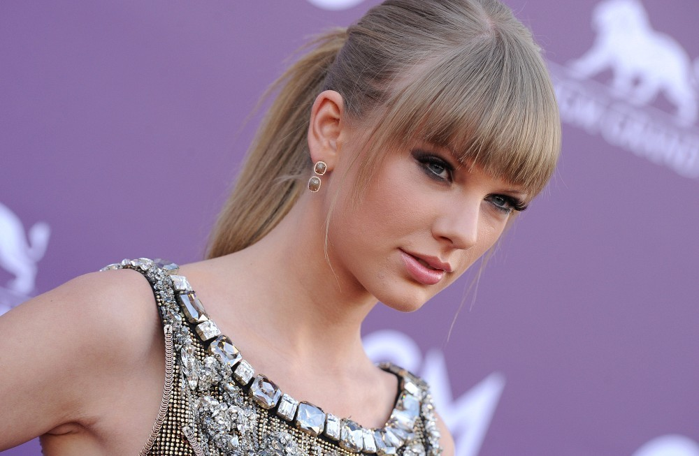 Taylor Swift - Arrivals at the Country Music Awards