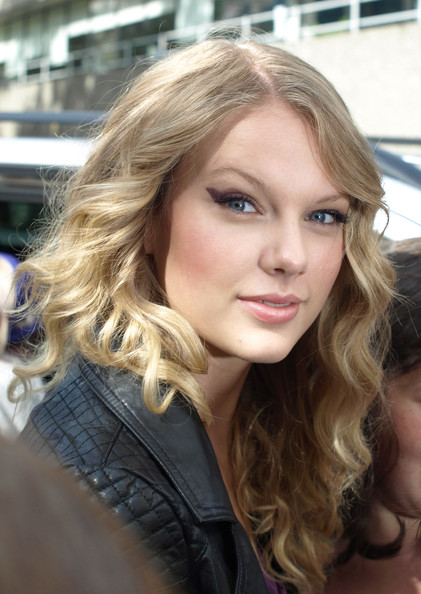 "Country singer Taylor Swift has ""cat eyes"" while visiting the GMTV studios."