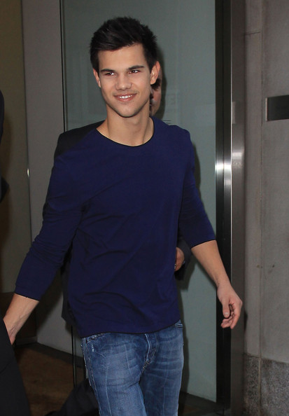 Taylor Lautner Taylor Lautner visits the Calvin Klein store in Manhattan