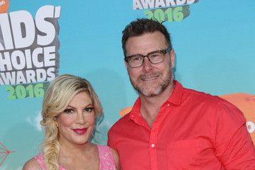 Tori Spelling Celebrities Attend Nickelodeon's 2016 Kids' Choice Awards at The Forum
