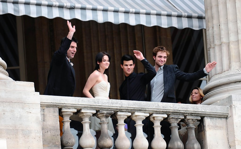Twilight cast on a balcony X6svA8MVEXhx jpgNew Moon Cast