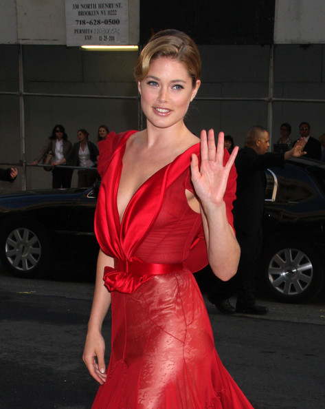 Doutzen kroes celebrities arrive at the 2009 cfda fashion awards at