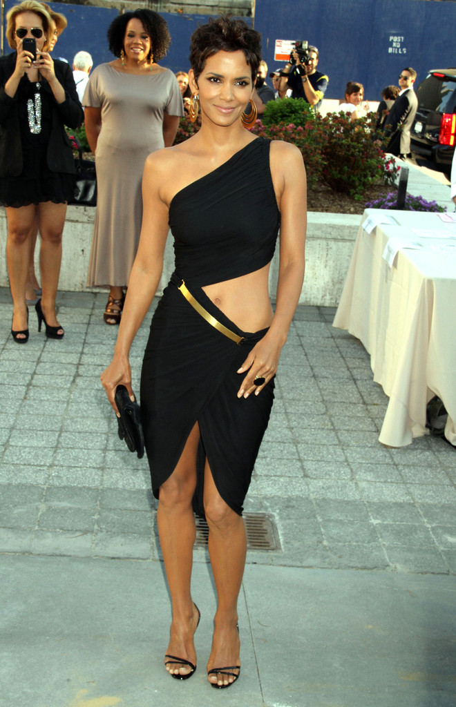Halle Berry Photos Photos - The 2011 FiFi Awards In New York - Zimbio