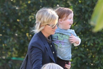 Abel Arnett Amy Poehler Takes Her Boys To A Birthday Party