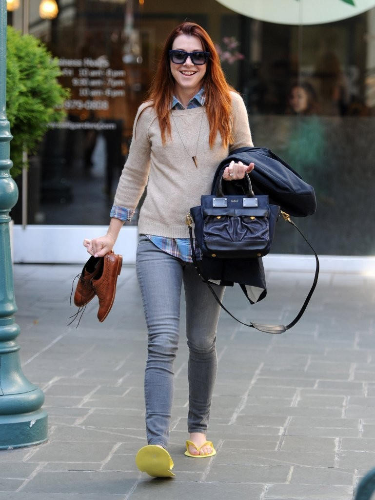 Alyson Hannigan Photos Photos - Alyson Hannigan Getting Her Nails ...