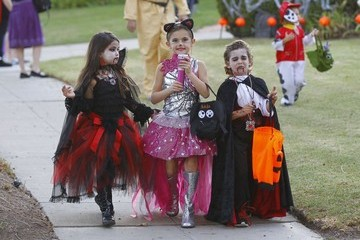 Anja Ambrosio Mazur Alessandra Ambrosio Takes Her Children Trick-Or-Treating