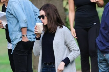Anne Hathaway Robert De Niro & Anne Hathaway Do Tai Chi On The Set Of 'The Intern'